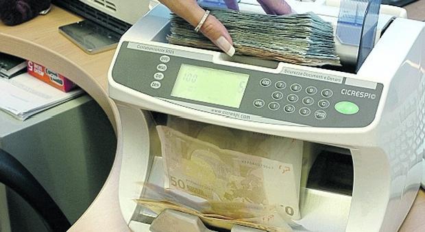 Una macchina conta-banconote in un istituto di credito