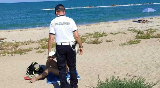 Blitz della polizia locale a Porto Potenza, multati tre nudisti: erano sulla spiaggia libera davanti all ex Babaloo