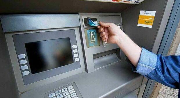 Agganciano le vittime su internet e le raggirano allo sportello bancomat: presi quattro truffatori