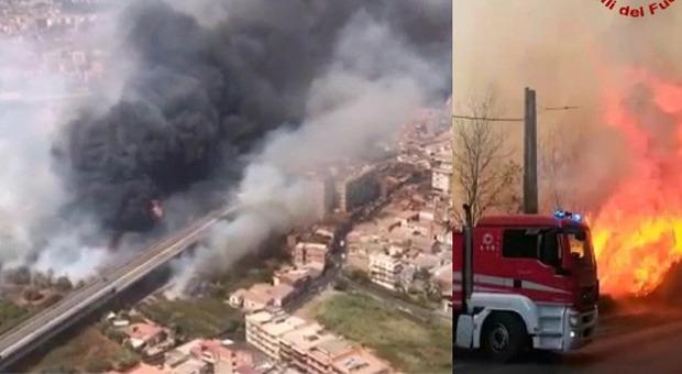 Incendi Catania: case evacuate, lido distrutto, l'aeroporto riapre. Brucia tutta la Sicilia