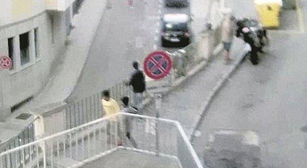 La via ostaggio dei ragazzini terribili: «Lanciano e bottiglie e se li riprendiamo i genitori ci insultano»