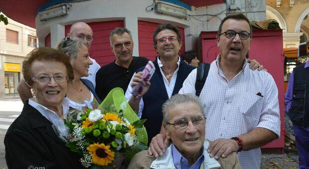 Addio Velia, per 30 anni nel chiosco di piazza Cavour: vero punto di ritrovo per un'intera generazione di ragazzi