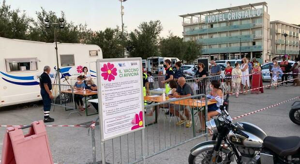 Il camper vaccinale ieri a Senigallia dove c'è stata la fila per la vaccinazione