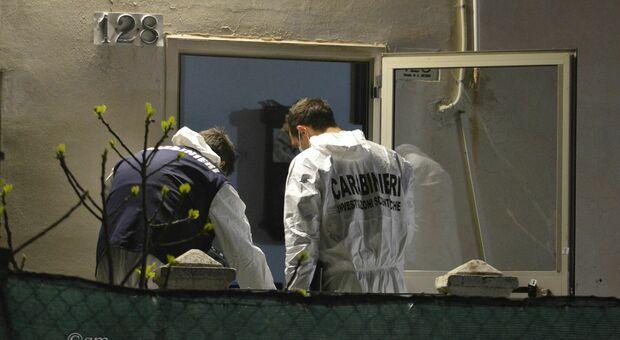 Carabinieri al lavoro nella villetta di Roncitelli in cui Loris Pasquini ha ucciso il figlio Alfredo