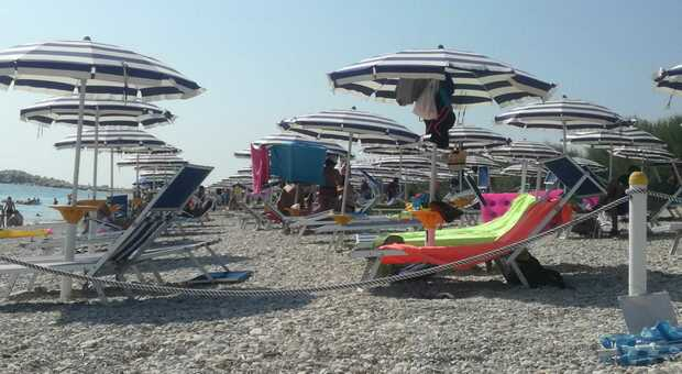 La spiaggia apre in anticipo, nelle Marche si parte il 1° maggio. Distanze tra gli ombrelloni, misure anti Covid: tutte le regole