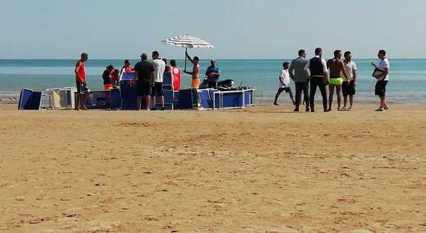 Senigallia, emergenza in spiaggia: soccorsa una bagnante: principio di annegamento