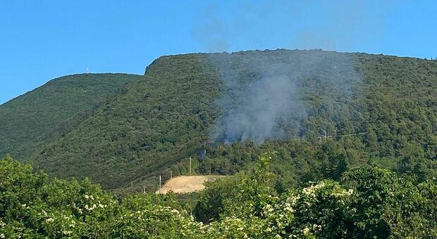 Il fumo sprigionato dal rogo sul monte Conero