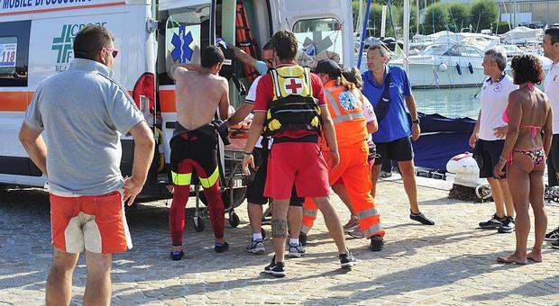 Accusa un malore mentre cammina in acqua: inutili i soccorsi, muore una donna
