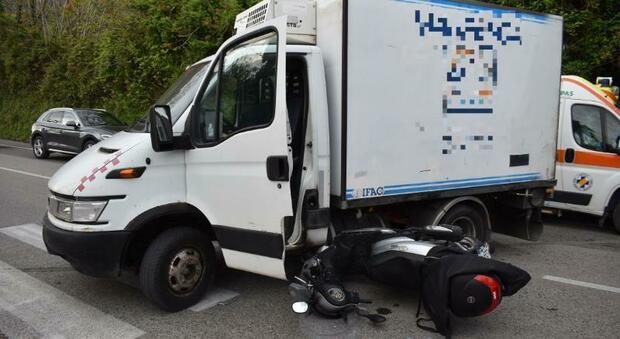 Pesaro, il camioncino svolta e lo scooter si schianta contro la fiancata: centauro 37enne all'ospedale