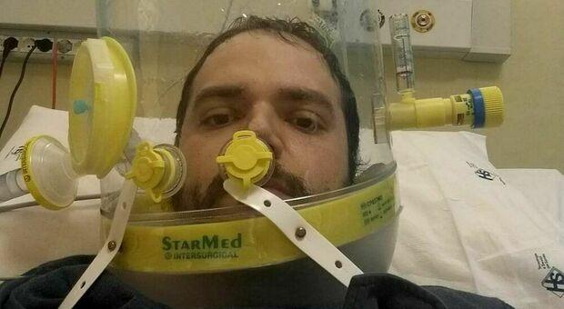 Professore in terapia intensiva per il covid a 33 anni: «Sono sano e sto qui con l'ossigeno, ditelo ai negazionisti»