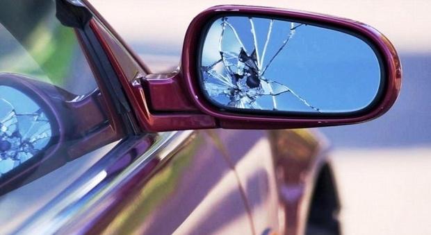 «Mi hai rotto lo specchietto, dammi 130 euro», ma poi ne arraffa 30 e fugge: preso il truffatore