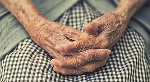 Orrore nella casa di riposo: anziani picchiati e immobilizzati. Intervengono i Nas