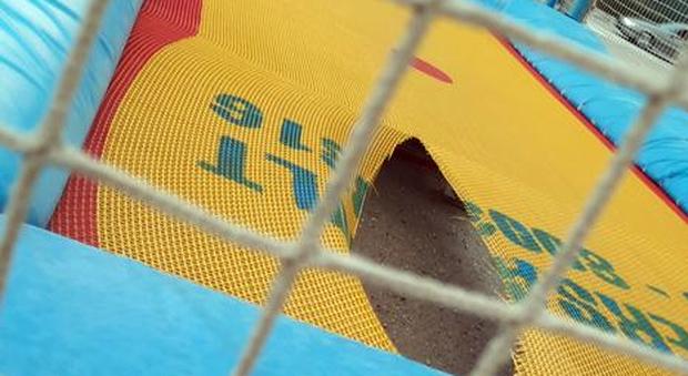 """Cura marittima, i vandali si accaniscono sui tappeti elastici della spiaggia ma la telecamera li """"cattura"""". Si cercano anche testimoni"""