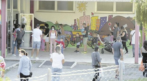 Ascoli, assembramenti davanti agli istituti e autobus fuori orario: lo note stonate del primo giorno di scuola