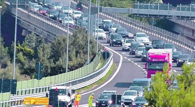 Torna l'incubo file sull'A14, a Pedaso la Statale è nel caos. Il sindaco Berdini in trincea: «Ristori e stop ai pedaggi»