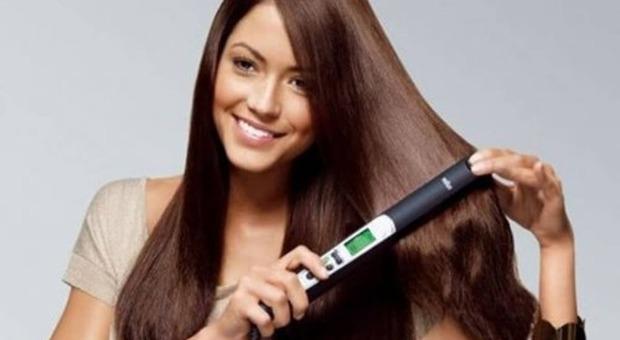 Una donna con una chioma di lunghi capelli
