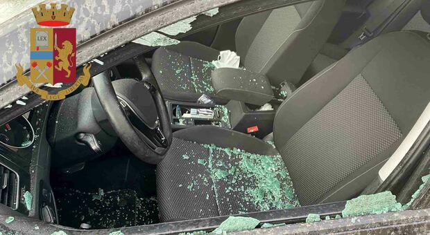 Folle raid contro le auto in sosta, malvivente aggredisce gli agenti. Complice in fuga lungo i binari