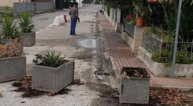 """Una strada """"prigioniera"""" delle fioriere: «Quando piove fanno da tappo e si allaga tutto»"""