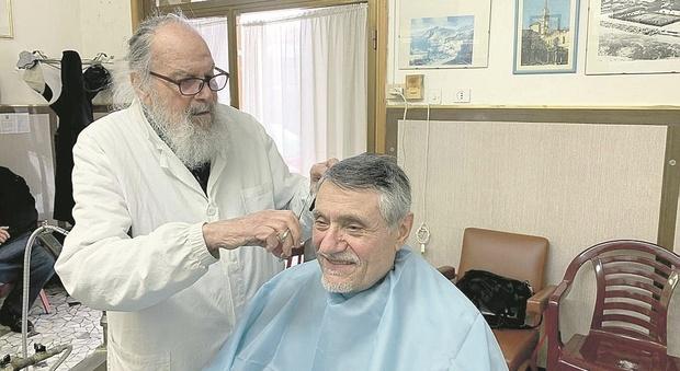 Il barbiere Giannino da 70 anni con forbici e rasoi in mano: «Pensione? Pago di tasca mia pur di non smettere»