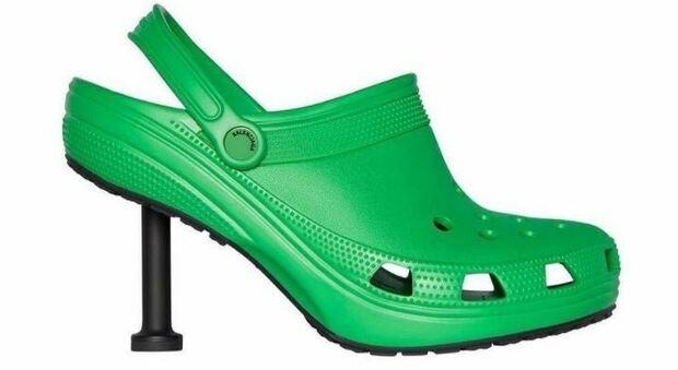 Crocs Balanciaga, il nuovo zoccolo in gomma extra lusso