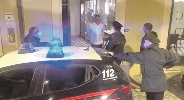 Coronavirus, cena di protesta contro il Dpcm firmata Carriera e Sgarbi: «Violato anche il coprifuoco»