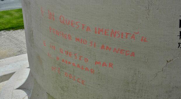 Una delle scritte comparse sulle colonne del Monumento