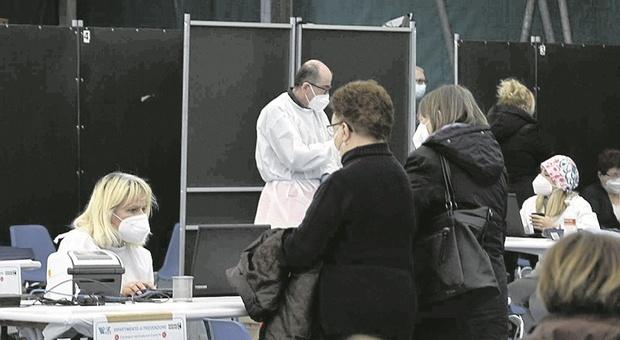 Vaccinazioni Covid al personale scolastico, partenza lenta. Fumata grigia per l'accordo con i medici di base