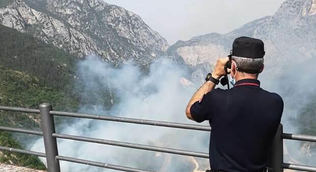 Genga, scoppia l'incendio nel bosco con svariati focolai: per combattere le fiamme arriva l'elicottero