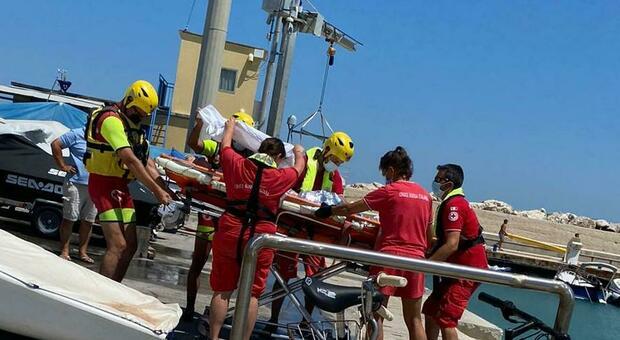 Un soccorso dell'idroambulanza della Croce Rossa