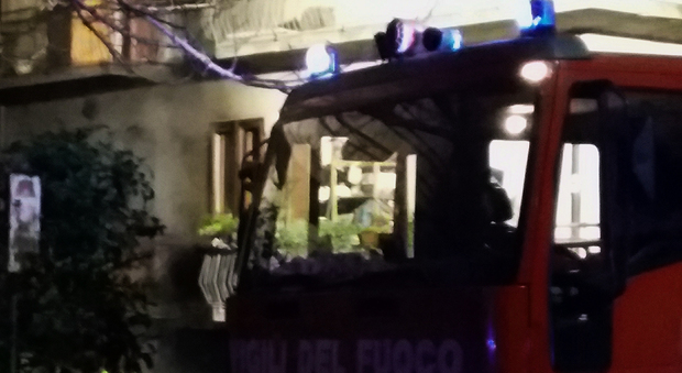 Scoppia incendio in garage un 39 auto incenerita e due for Due piani un garage per auto