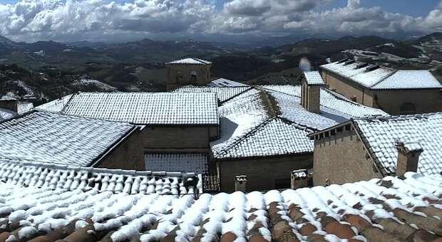 I tetti di Urbino innevati immortalati dalla webcam dell'Osservatorio Serpieri