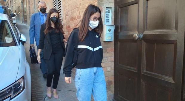 L'arrivo ieri di Ambera Saliji nel Tribunale di Urbino