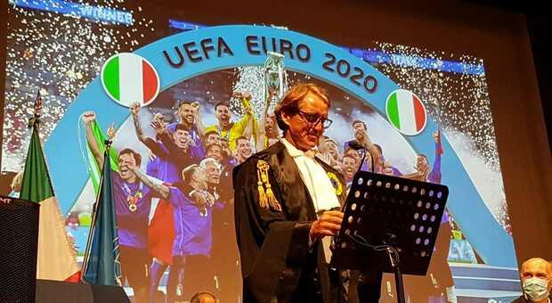 Al ct della Nazionale di calcio la laurea ad honorem dell'università di Urbino. Mancini: «Il vero leader? Corregge senza umiliare»