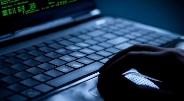 Macerata, hacker all'attacco di profili Instagram e Facebook: pubblicati post in arabo che inneggiano al terrorismo e all'Isis