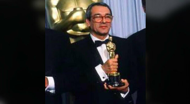 Lo scenografo e arredatore Bruno Cesari con l Oscar vinto nel 1988 per L ultimo imperatore di Bernardo Bertolucci