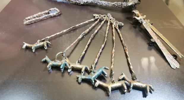 Il pendaglio con ciondoli a forma di cavallino rinvenuto nella tomba di una bambina