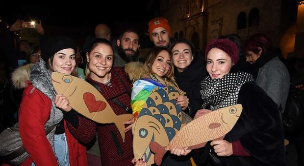 Sardine, ragazzi a un precedente appuntamento del movimento che giovedì sarà ad Ancona
