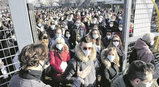 Pesaro, folla fuori dal Palas per il concorsone: il posto fisso val bene il rischio di assembramenti