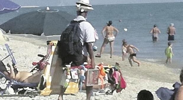 Fermo, il Coronavirus cancella gli ambulanti in spiaggia: troppi rischi, la gente non compra