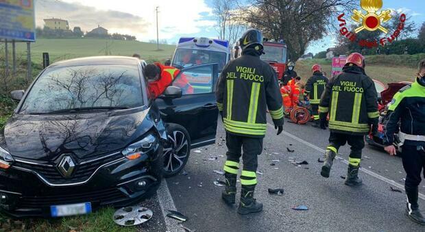 Osimo, tremendo schianto frontale tra auto: due persone ferite estratte dalle lamiere