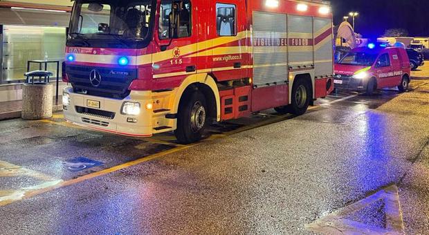 L'intervento dei vigili del fuoco nell'area di servizio Conero ovest