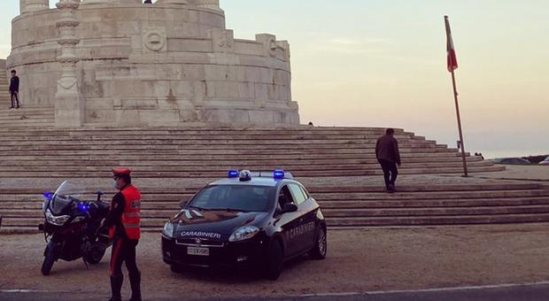 Vuole farla finita: i carabinieri riescono ad afferrarlo quando è già a cavalcioni della staccionata del Passetto