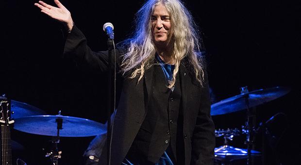 Patty Smith saluta durante un concerto, foto tratta dal Web
