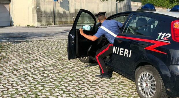 Falconara, ubriaco devasta un circolo, i carabinieri lo fermano e lui imbratta di feci i muri della cella