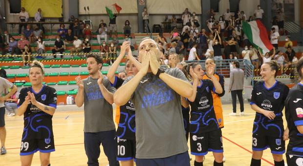 Il tecnico Massimiliano Neri e le falchette alla fine della partita al PalaBadiali
