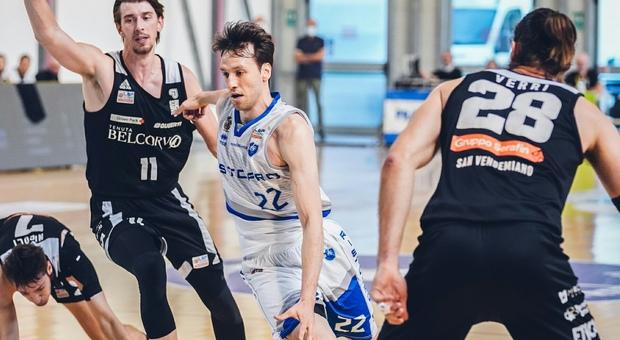 Roberto Marulli, 29 anni, play guardia della Ristopro Fabriano, marcato da Gatto e Verri