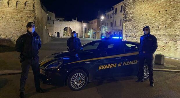 Fano, agente di commercio accusato di evasione: sequestro da mezzo milione tra auto, moto e conti correnti