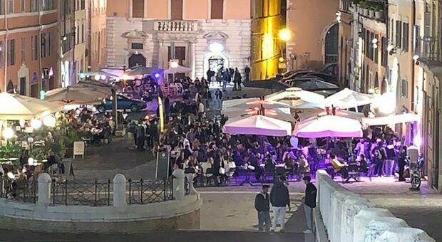 «Vandali, sosta selvaggia e tavolini ovunque: Far west in piazza del Papa»