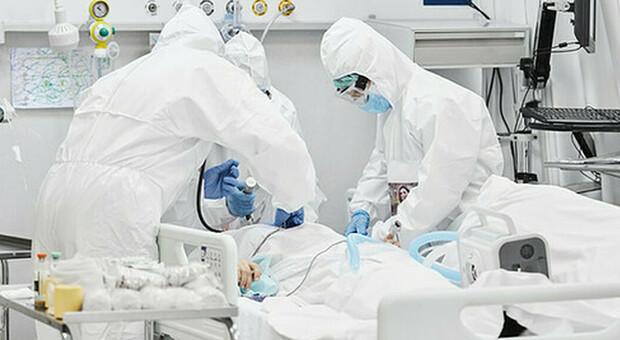 Genova, anziano no vax rifiuta il vaccino, si ammala di Covid e muore a 77 anni all'ospedale San Martino