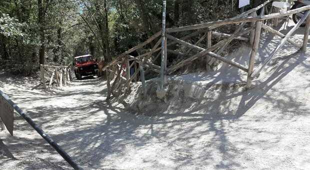Cade e si fa male sullo stradello di Mezzavalle: per soccorrere la turista serve il fuoristrada